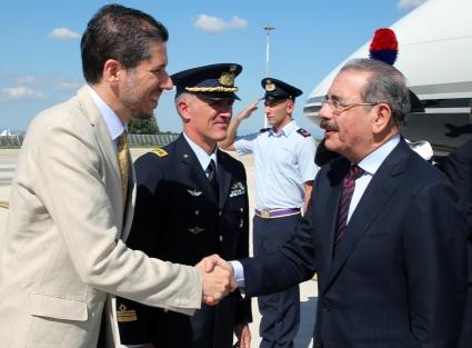 El Embajador Mario Arvelo recibe al Presidente de República Dominicana Danilo Medina en el aeropuerto de Ciampino, en Roma • Ambassador Mario Arvelo welcomes the President of the Dominican Republic Danilo Medina at Ciampino Airport in Rome
