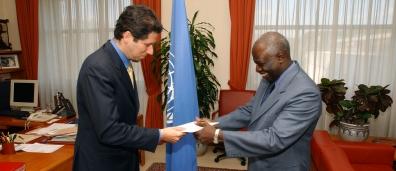 El Embajador Mario Arvelo presenta sus credenciales a Jacques Diouf, Director General de la FAO • Ambassador Mario Arvelo presents his credentials to FAO Director-General Jacques Diouf
