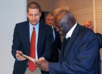 El Embajador Mario Arvelo reconoce a Jacques Diouf en su despedida como Director General de la FAO • Ambassador Mario Arvelo recognizes Jacques Diouf at his farewell as FAO Director-General