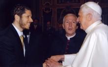 El Embajador Mario Arvelo saluda a Su Santidad Benedicto XVI en el Vaticano; detrás, Monseñor Renato Volante • Ambassador Mario Arvelo greets His Holiness Benedict XVI at the Vatican; behind, Monsignor Renato Volante