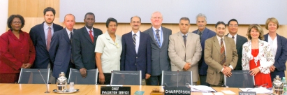 El Embajador Mario Arvelo (segundo desde la izquierda) junto a los miembros del Comité de Evaluación de Programas de Cooperación Técnica de la FAO, del que fue Vicepresidente en 2004-2007 y Presidente en funciones en 2006 • Ambassador Mario Arvelo (second from left) with the members of the FAO Committee on Technical Cooperation Programmes, of which he was Vice-Chair in 2004-2007 and Acting Chair in 2006