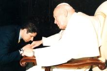 El Embajador Mario Arvelo saluda a Su Santidad Juan Pablo II en el Vaticano • Ambassador Mario Arvelo greets His Holiness John Paul II at the Vatican