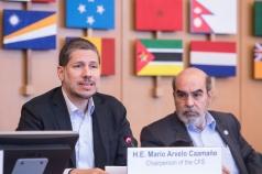 El Embajador Mario Arvelo, con el Director General de la FAO José Graziano da Silva a su lado, se dirige al Foro Global de la Sociedad Civil en Roma • Ambassador Mario Arvelo, with FAO Director-General José Graziano da Silva by his side, addresses the Civil Society Global Forum at FAO