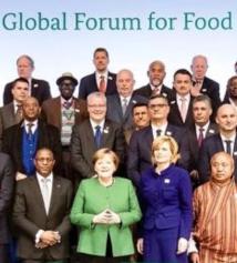 El Embajador Mario Arvelo junto a la líder alemana Angela Merkel y Ministros de Agricultura de los cinco continentes durante el Foro Global para la Alimentación y la Agricultura en Berlín • Ambassador Mario Arvelo with German Chancellor Angela Merkel and Ministers of Agriculture from the five continents during the Global Forum for Food and Agriculture in Berlin