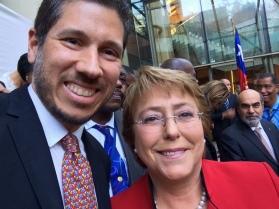 El Embajador Mario Arvelo y la Presidenta chilena Michelle Bachelet en Santiago de Chile • Ambassador Mario Arvelo and Chilean President Michelle Bachelet in Santiago de Chile